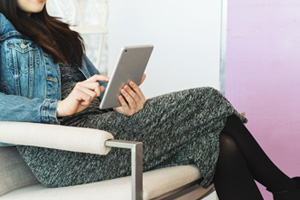 Femme assise avec un ipad
