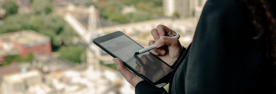 Femme utilisant une tablette